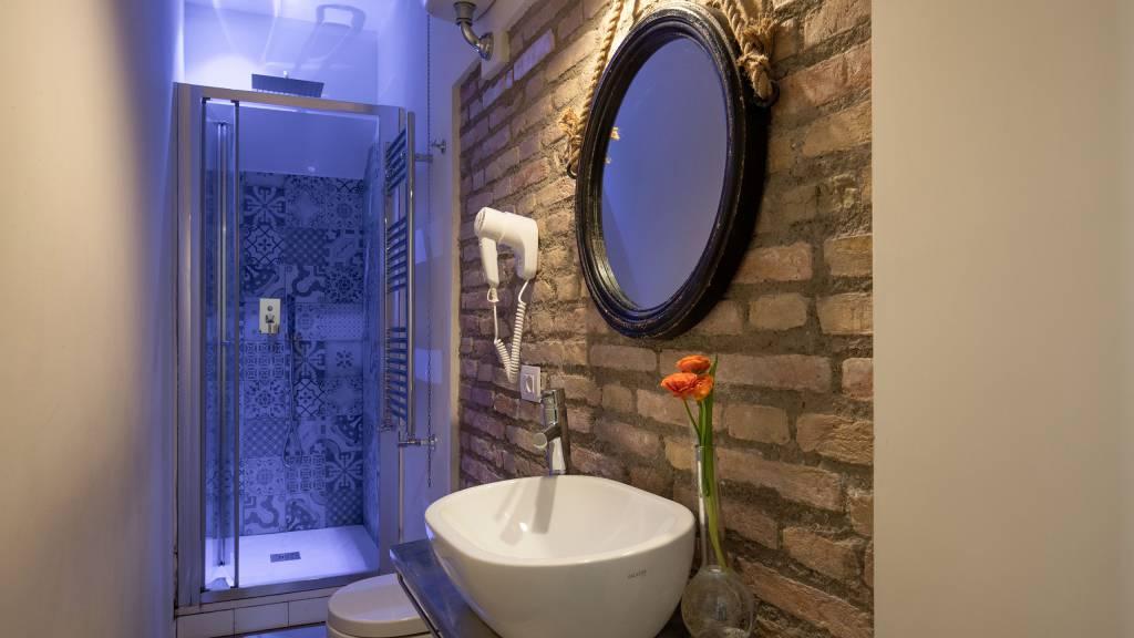 Spagna-Secret-Rooms-Rome-Bathroom-Standard